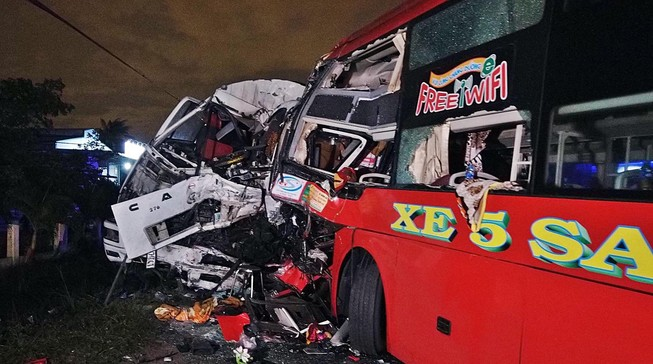 Xe khách đối đầu xe tải, 2 tài xế tử vong, 10 người bị thương