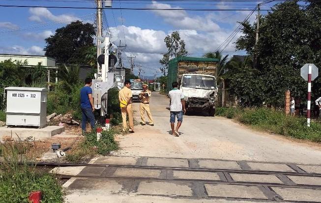 Ô tô tải tông ngang hông tàu hỏa, đường sắt gián đoạn