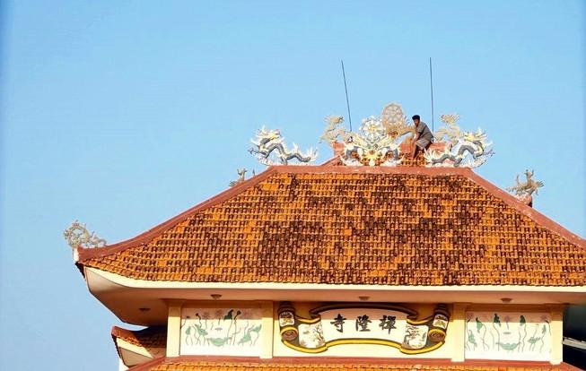 Thanh niên nghi ngáo đá leo lên nóc chùa cố thủ nhiều giờ