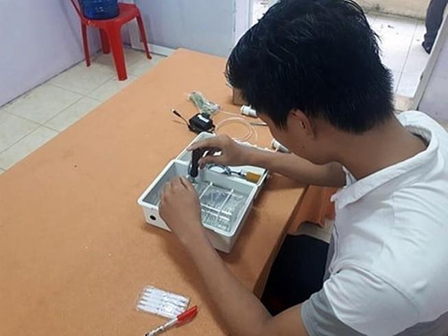 Bình Thuận: HS chế tạo máy rửa tay tự động chỉ 300.000 đồng