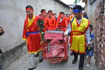 Vẫn chém lợn ở sân đình làng Ném Thượng