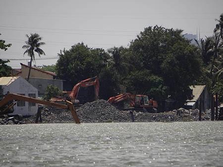 Cảnh lấp sông Đồng Nai trước giờ tạm ngưng