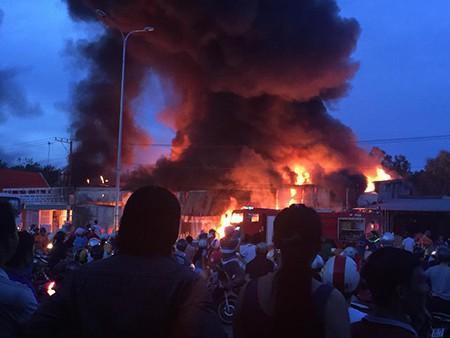 Đồng Nai: Xưởng vải bất ngờ bốc cháy dữ dội