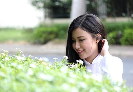'Nữ sinh phong cách' Trần Bảo Như dịu dàng trong tà áo dài