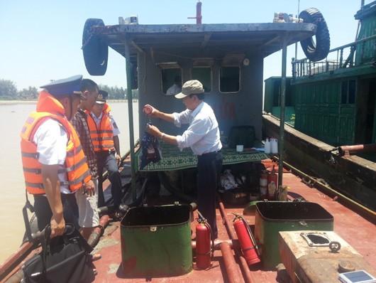 Bắt giữ 1 tàu chở dầu lậu