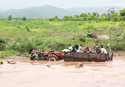 Huy động bộ đội xây cầu bị lũ cuốn trôi