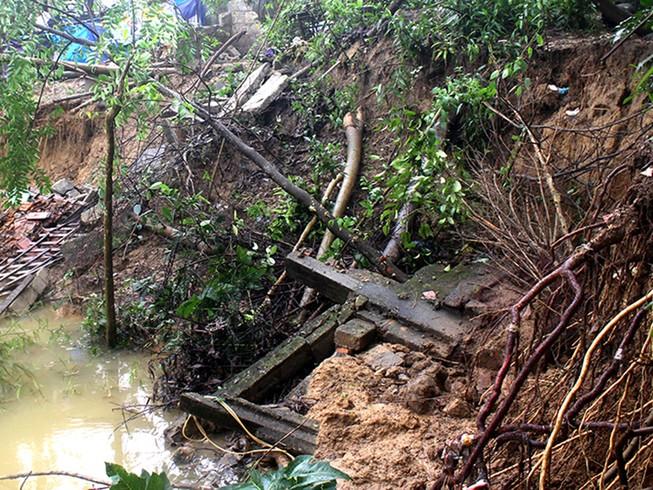 Sạt lở nhiều điểm trên sông Hương, người dân sợ sập nhà