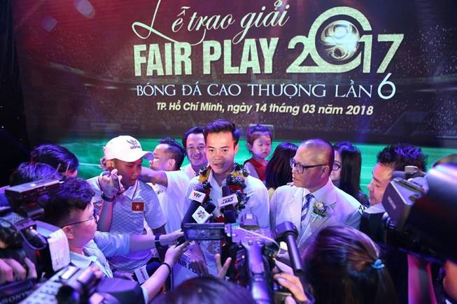 Văn Toàn giành cú đúp giải thưởng Fair Play 2017