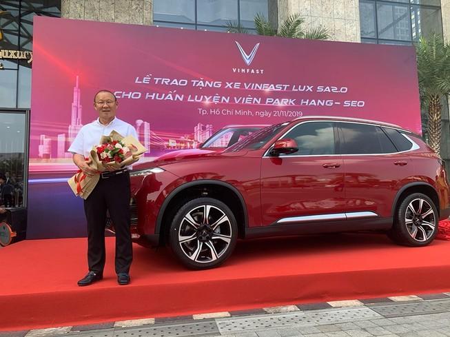 Thầy Park 'khoe' bằng lái ô tô VN trong lễ tặng xe của VinFast