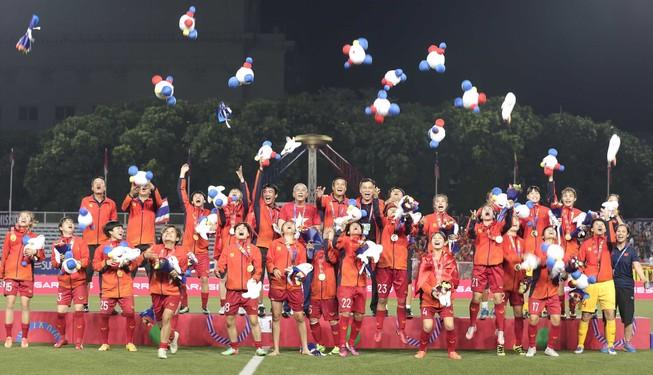 Chùm ảnh tuyển nữ Việt Nam giành HCV SEA Games đầy cảm xúc