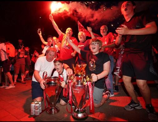 Bất chấp dịch COVID-19, fan Liverpool vẫn đổ ra đường ăn mừng