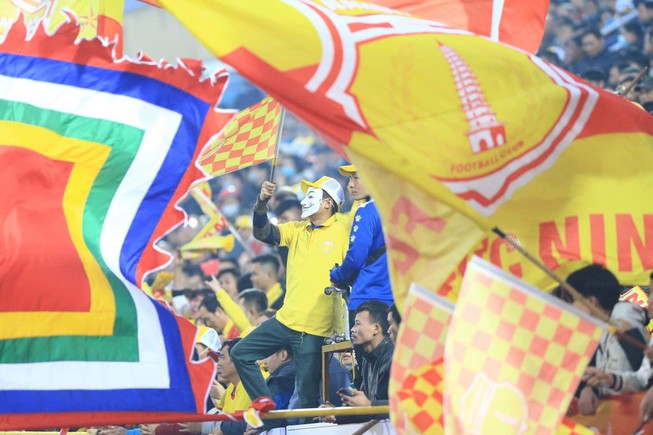 Các CĐV Nam Định cổ vũ cuồng nhiệt cho đội nhà trong trận khai mạc V-League 2021. ẢNH: NGỌC DUNG
