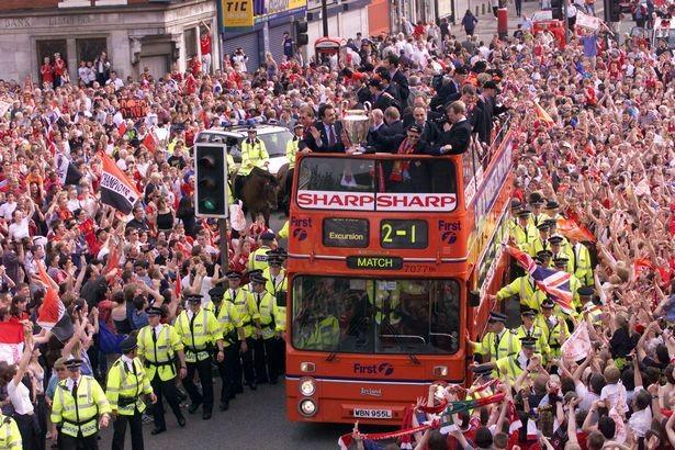 Manchester United diễu hành ăn mừng cú ăn ba lịch sử năm 1999. ẢNH: REUTERS