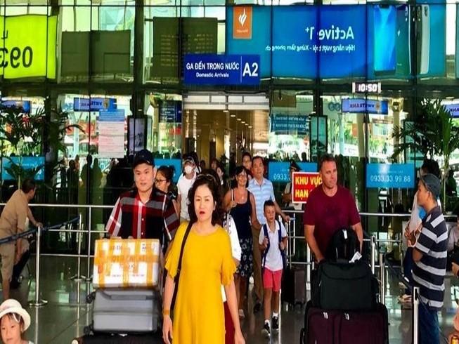 Hậu lễ, máy bay tấp nập trả khách ở sân bay Tân Sơn Nhất