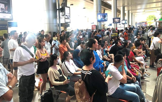Biển người đón Việt kiều về quê ăn tết chật kín sân bay