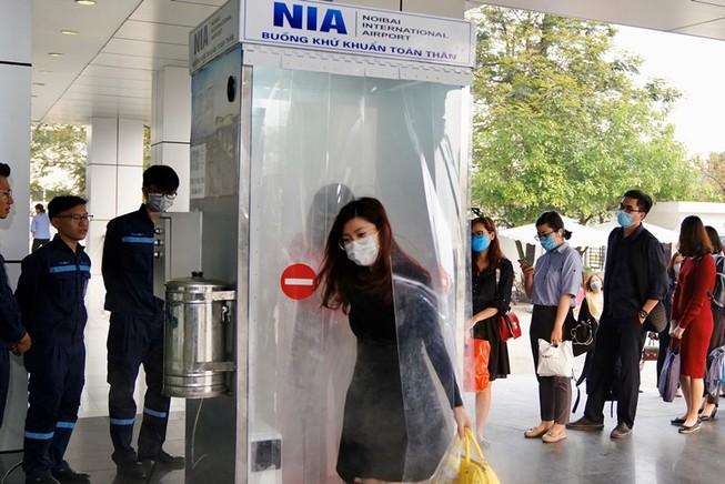 Kỹ sư sân bay Nội Bài lắp buồng khử khuẩn toàn thân