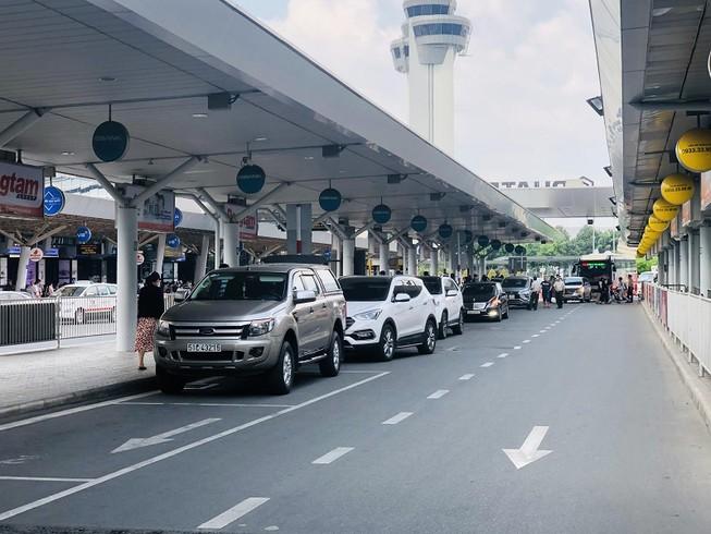 Đề nghị mở làn riêng để xe công nghệ đón khách ở Tân Sơn Nhất