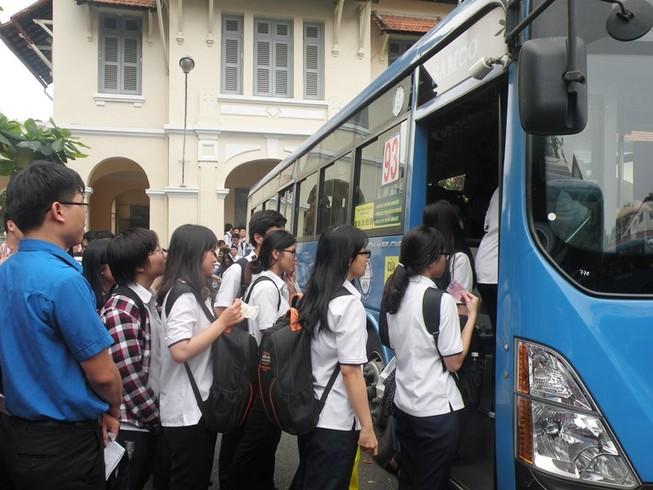 Học sinh TP.HCM đi xe buýt khám phá thành phố