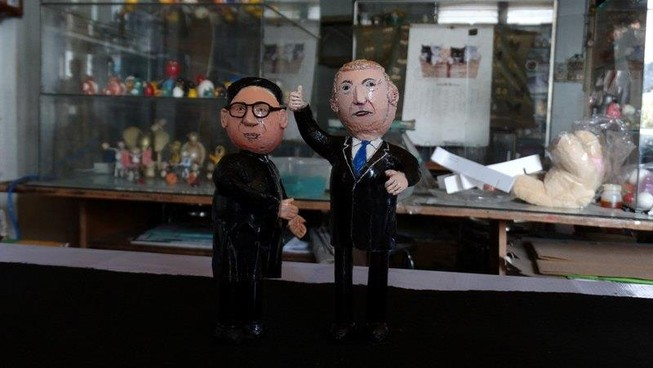 Thầy giáo tạo hình 2 lãnh đạo Trump và Kim bằng vỏ trứng