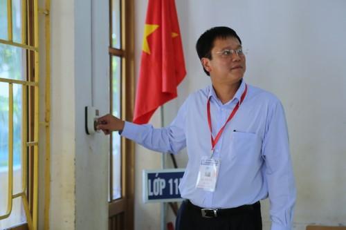 Thứ trưởng Lê Hải An kiểm tra thiết bị trong phòng thi ở Cao Bằng. Ảnh: GDTĐ