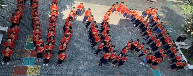 Học trò xếp thành dòng chữ: Tôi yêu Việt Nam. Ảnh: NTCC