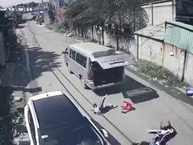 3 học sinh rơi khỏi xe đưa rước tại Đồng Nai. Ảnh: cắt từ clip