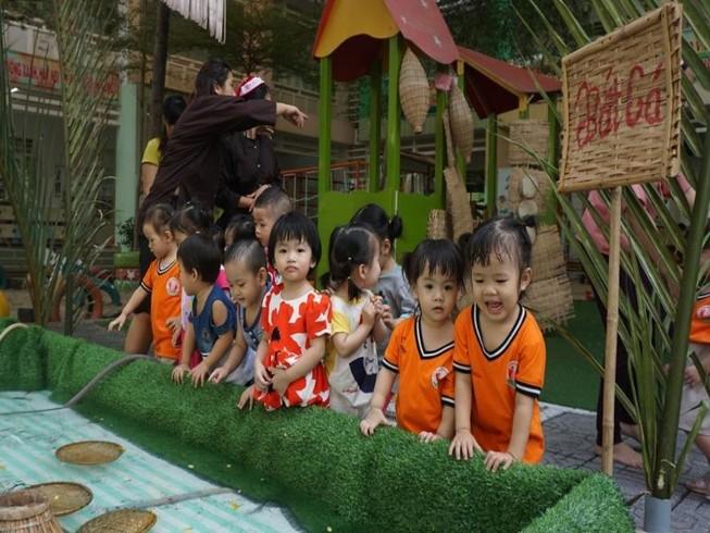 Các bé trường mầm non Sóc Nâu, quận Gò Vấp thích thú tham dự chợ quê