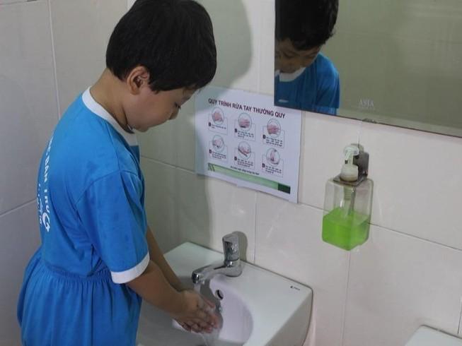 Học sinh trường tiểu học Kim Đồng rửa tay sạch sẽ sau khi đi vệ sinh