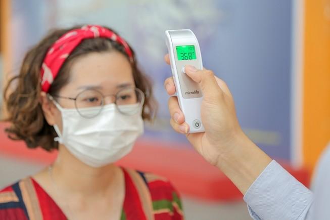 Trường Đại học Văn Lang đã trang bị máy đo thân nhiệt tại các cơ sở nhằm kiểm tra sức khỏe của sinh viên. Ảnh:website trường
