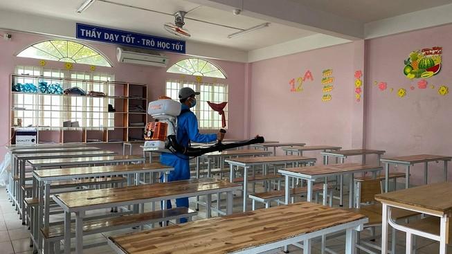 Trường THCS - THPT Hồng Hà, TP.HCM phun thuốc khử trùng phòng học