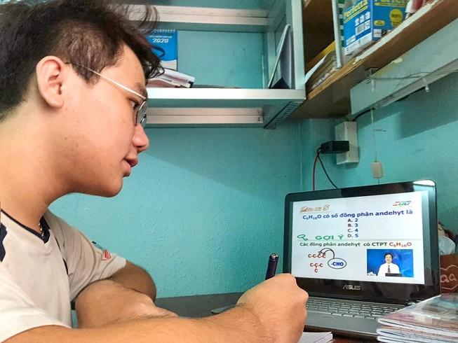 Học sinh TP.HCM học bài qua chương trình truyền hình. Ảnh: PHUONG BÌNH