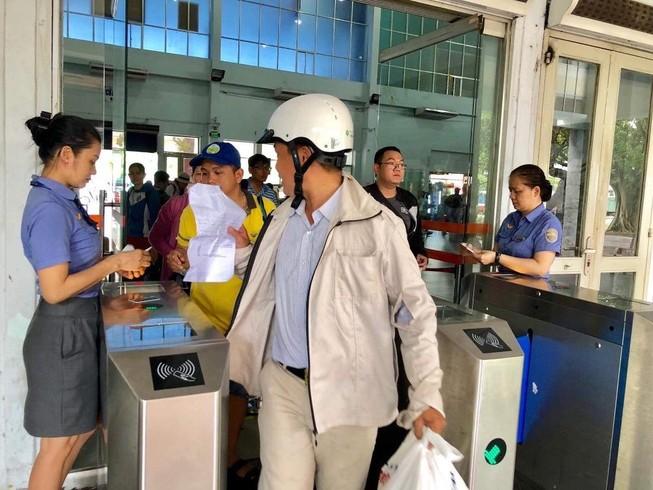 Sân bay và ga tàu đông kín trong ngày đầu nghỉ lễ
