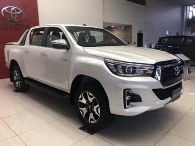Bán tải đua nhau giảm, Toyota Hilux có giá lăn bánh bao nhiêu?