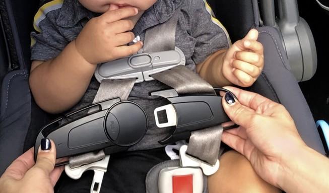 Có thứ này sẽ không bao giờ bỏ quên trẻ trong xe hơi