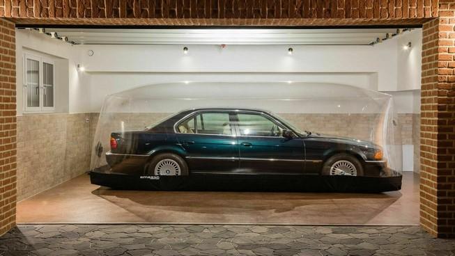 Xe sang BMW nằm trong bong bóng bơm hơi suốt 2 thập niên