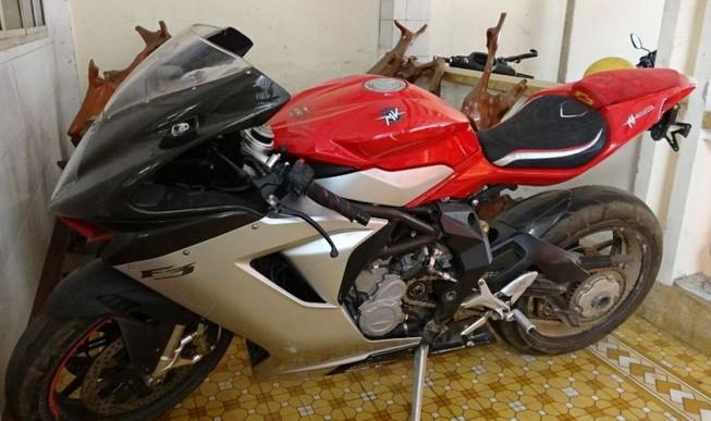 Mật phục bắt giữ 5 chiếc xe mô tô khủng trị giá 2,5 tỉ đồng