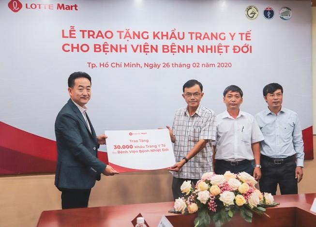 Tặng 30.000 khẩu trang y tế cho BV Bệnh nhiệt đới