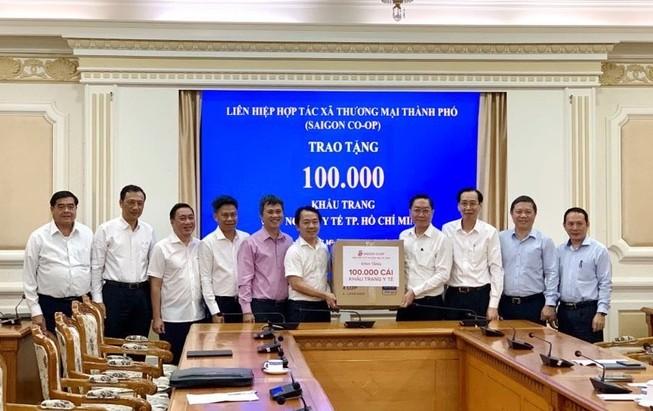 Co.op tặng ngành y tế TP.HCM 100.000 khẩu trang chống COVID-19