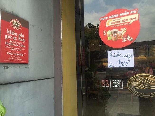 Hàng loạt cửa hàng thông báo 'tạm nghỉ, chỉ bán mang về'
