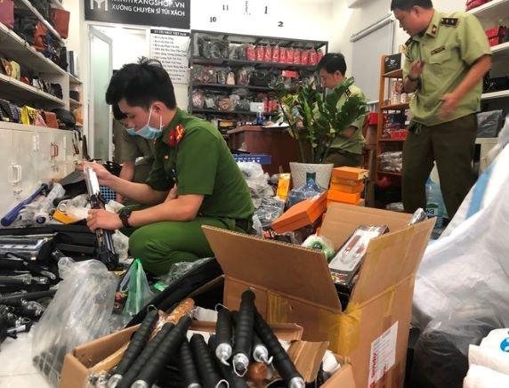Phát hiện cửa hàng túi xách chứa 1.800 loại vũ khí