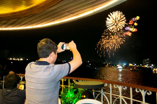 Hàng ngàn khách huỷ tiệc tất niên trên sông Sài Gòn