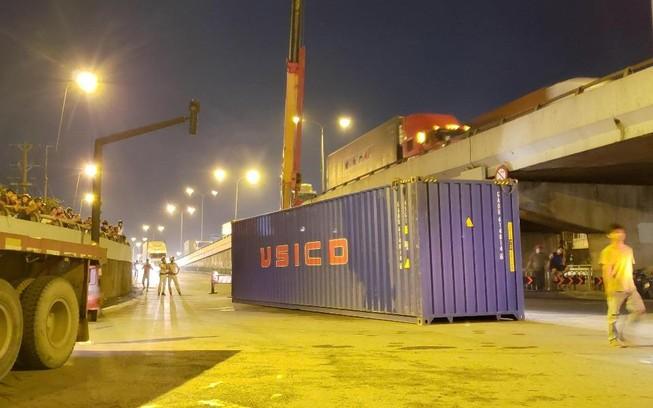 Đụng gầm cầu, xe container rớt thùng hàng