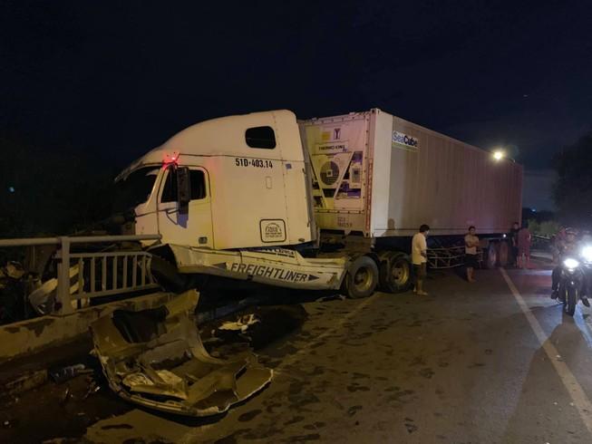 Xe container bể bánh suýt rơi xuống kênh ở quận 2