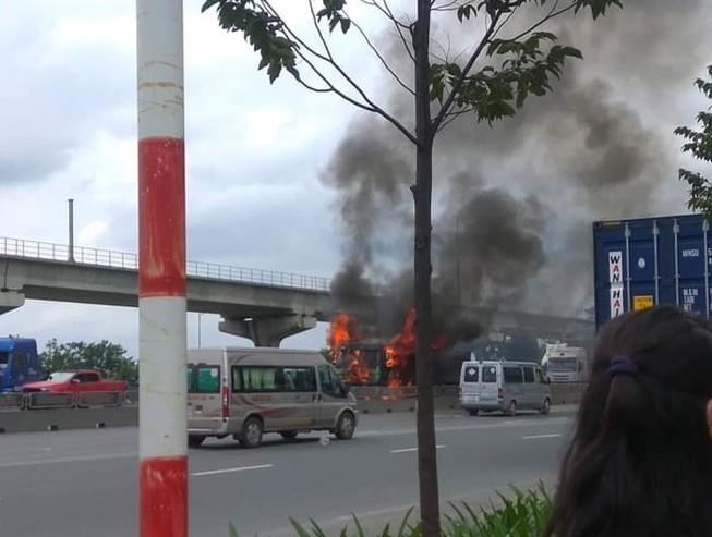 Xe ben bốc cháy khi đang chạy ở quận Thủ Đức