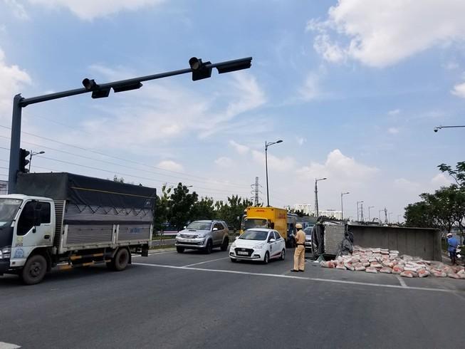 Xe tải chở xi măng lật trên đại lộ Phạm Văn Đồng