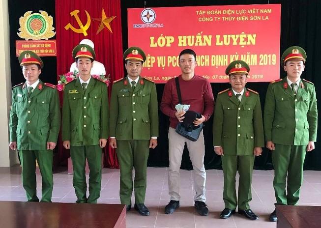 Cảnh sát bảo vệ thủy điện Sơn La trả lại tiền cho du khách