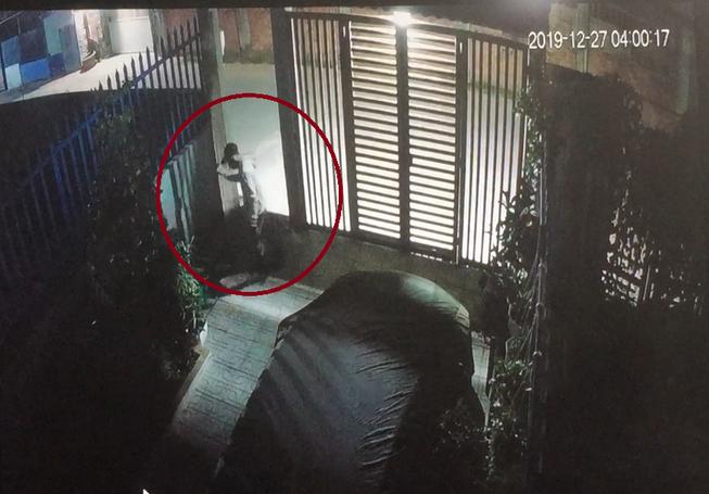 Camera ghi lại cảnh trộm đột nhập lấy ba xe máy tại Thủ Đức