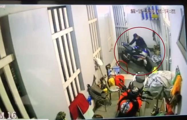 Trộm đột nhập nhà riêng lấy mô tô BMW giá 700 triệu đồng