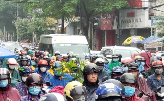 Dòng người trễ giờ làm vì bị 'chôn chân' trên đường