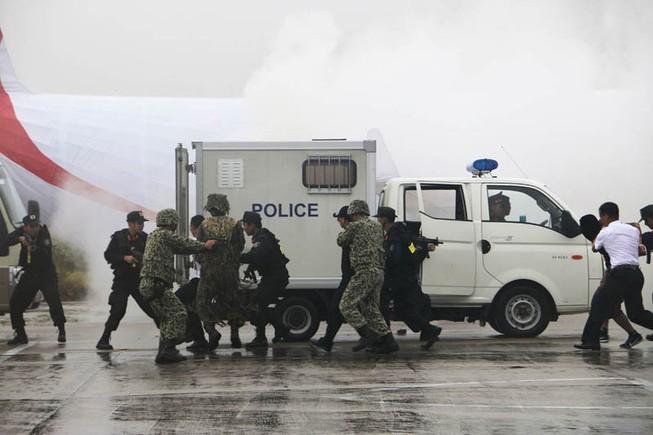 Gần 1.000 người diễn tập chống khủng bố tại Cam Ranh